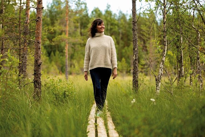 vrouw in Finse natuur